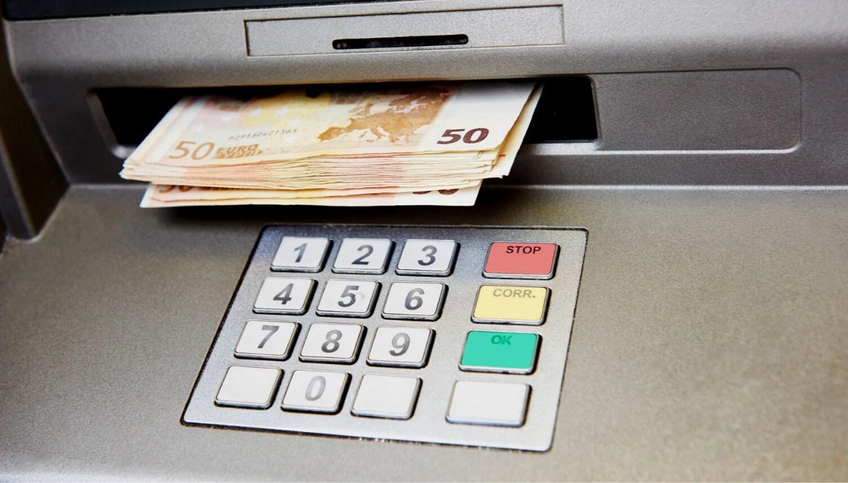 MONCALIERI – Prosciugava il conto della nonnina effettuando continui prelievi al bancomat